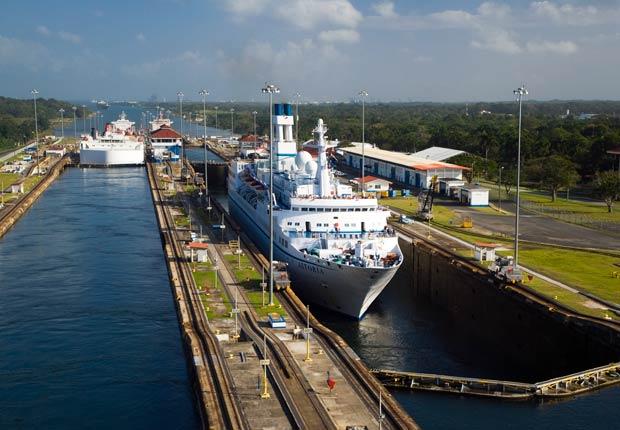Barco cruzando el canal, 10 hechos inusuales sobre el Canal de P
